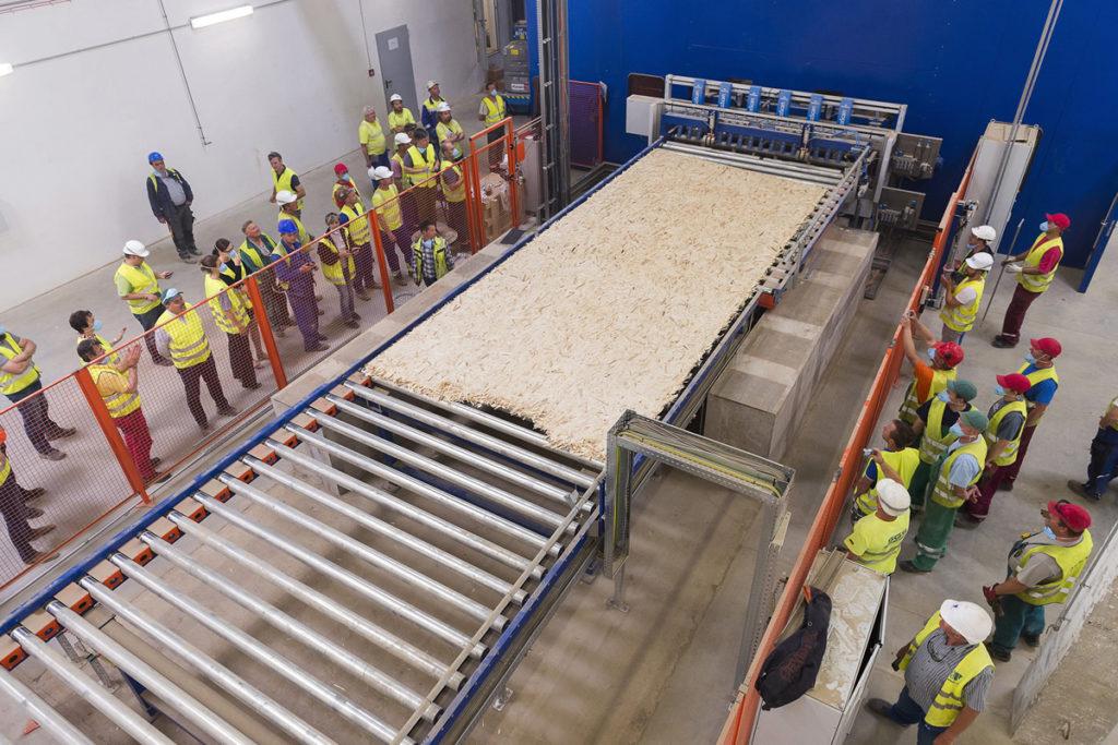 Dolgozók figyelik a gyártás beindulását az Interspan Faipari Kft. új üzemében, Vásárosnaményban 2016. június 8-án. A 30 milliárd forintos beruházásból felépített gyárban évi 300 ezer köbméter OSB-lapot tudnak gyártani.